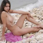 Эротика девушки на камнях