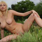Женские прелести блондинки на природе