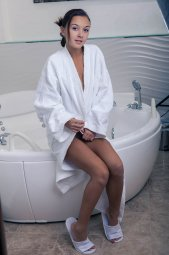 Смуглая брюнетка Veselin эротично моется в ванной