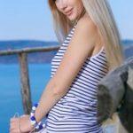 Нежная блондинка Женевьева загорает голой на пляже