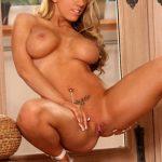 Блондинка Heather Summers с большой силиконовой грудью раздвигает ноги на полу