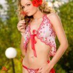 Раскрепощённая фотомодель Prinzzess Sasha гуляет по саду в сексуальном белье