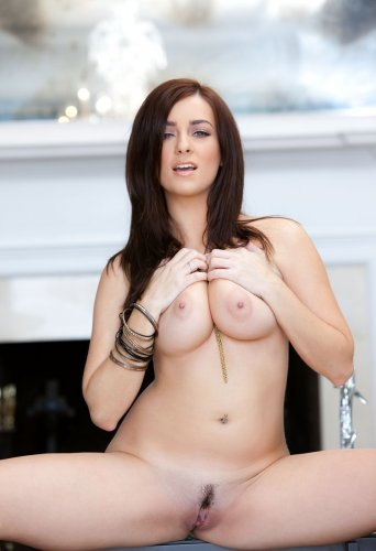 Соблазнительная Джессика снимает эротическое бельё и позирует голая у камина