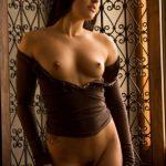 Красотка Rachael Madori снимает прозрачные трусики и раздвигает ноги